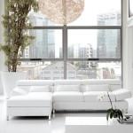 Divano moderno biba salotti, bianco con penisola,su sfondo di finestre su città