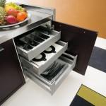 Dettaglio attrezzatura interna, cassetti ad apertura multipla
