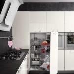 Dettaglio attrezzatura interna, scomparto ad apertura vicino al forno