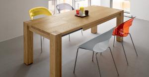 Tavoli estendibili in legno rettangolare, legno massiccio con sedie colorate intorno