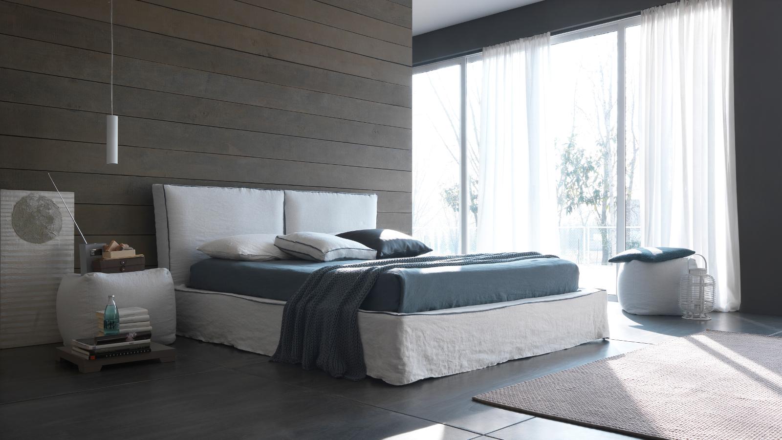 Foto di letti bolzan bianco e grigio in stanza solare for Arredamenti trieste