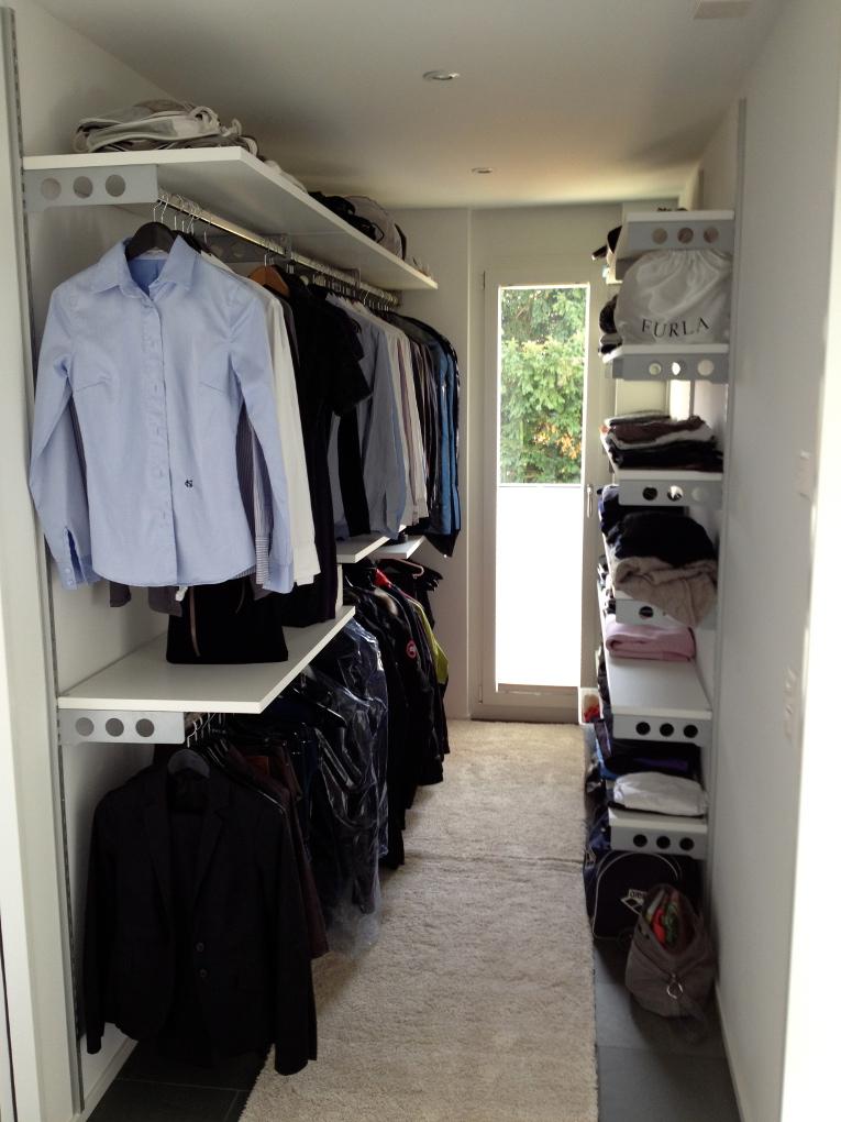 Foto cabina armadio piena di vestiti di zurigo for Arredamenti trieste