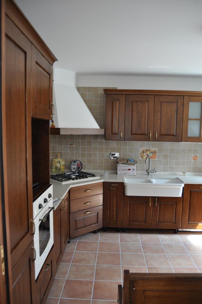 Cucina in legno massiccio foto di progetto compiuto for Progettazione esterni