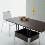 Piccolo tavolo alzabile ed allungabile in legno marrone
