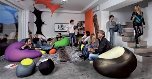 Persone sedute su expandpouf in una casa