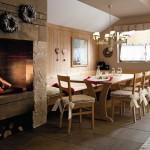 Soggiorni stile country callesella, colore legno fieno con caminetto fuoco vicino al tavolo da pranzo con cassapanca