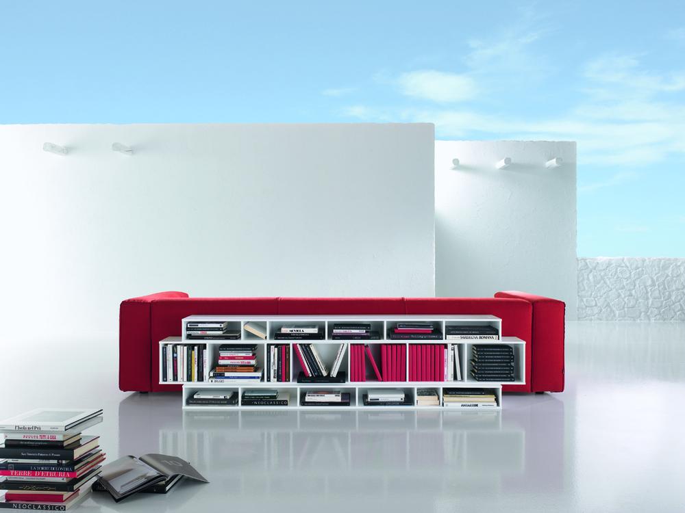 Soggiorni moderni - Libreria dietro divano ...