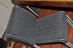 sedie in cordino grigio impilate