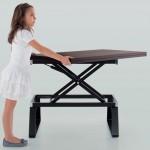 Foto sequenza apertura ed allungamento tavolo multifunzione da parte di una bambina