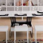 Piccolo tavolo alzabile ed allungabile in legno bianco, con sgabelli intorno