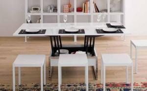 Piccoli tavoli alzabili ed allungabili in legno bianco, con sgabelli intorno