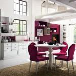 Cucine country Callesella, stile classico colore bianco con sedie e una parete viola