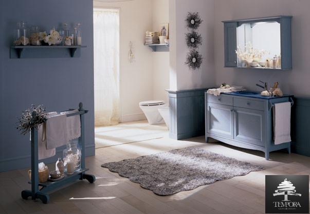 Bagno spazioso e solare di colore azzurro