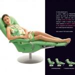 Poltrona relax con rotelle reclinabile verde con poggia gambe e donna seduta sopra