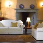 Divani classici biba salotti, colore bianco su sfondo casa antica e caminetto