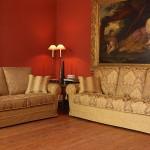 Divano biba salotti classicissimo con fronzoli e colore beige con decori